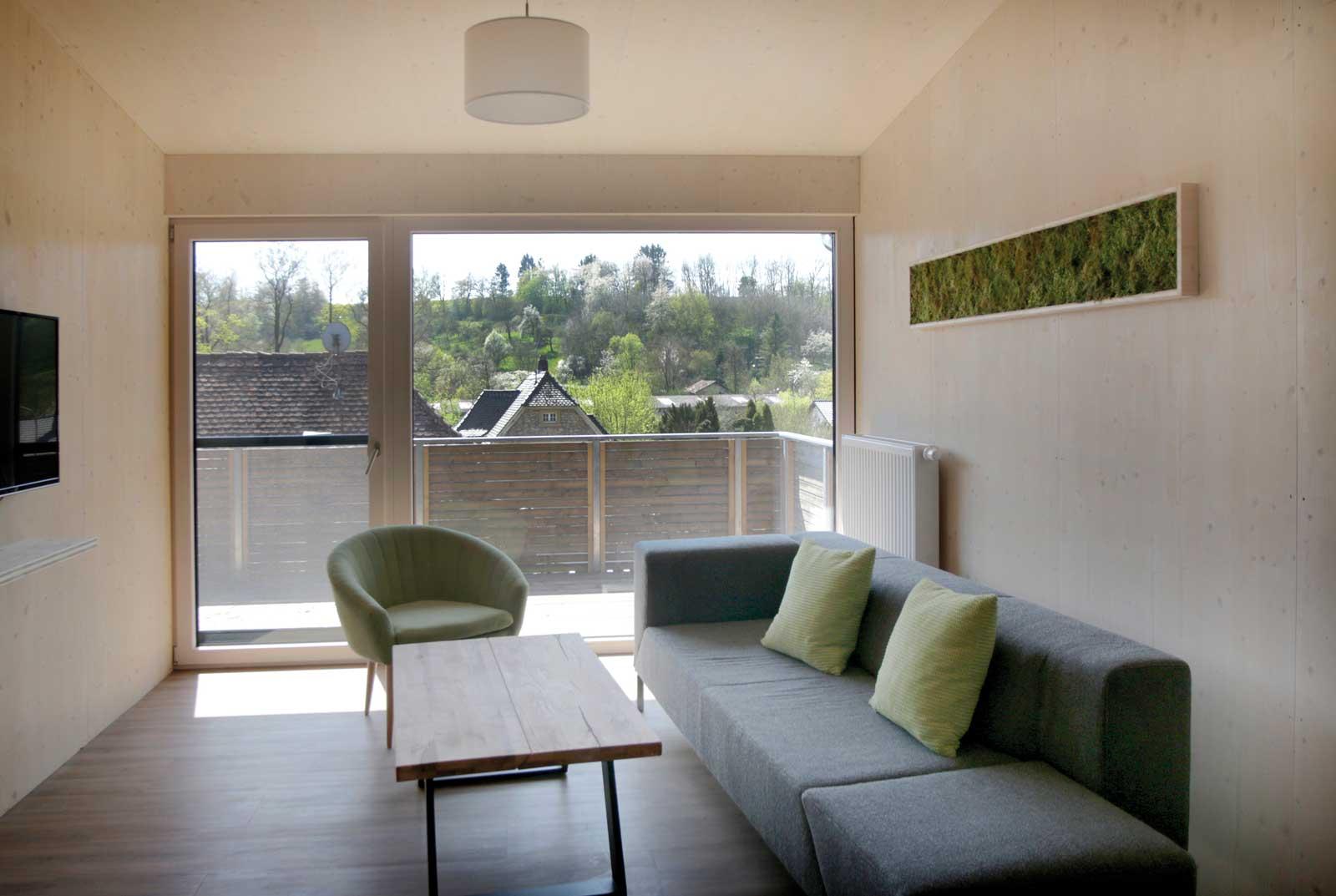 Gemütlicher Wohnbereich mit sonnigem Balkon in den Steigerwald Apartmens – Ferienwohnungen im Herzen Frankens.