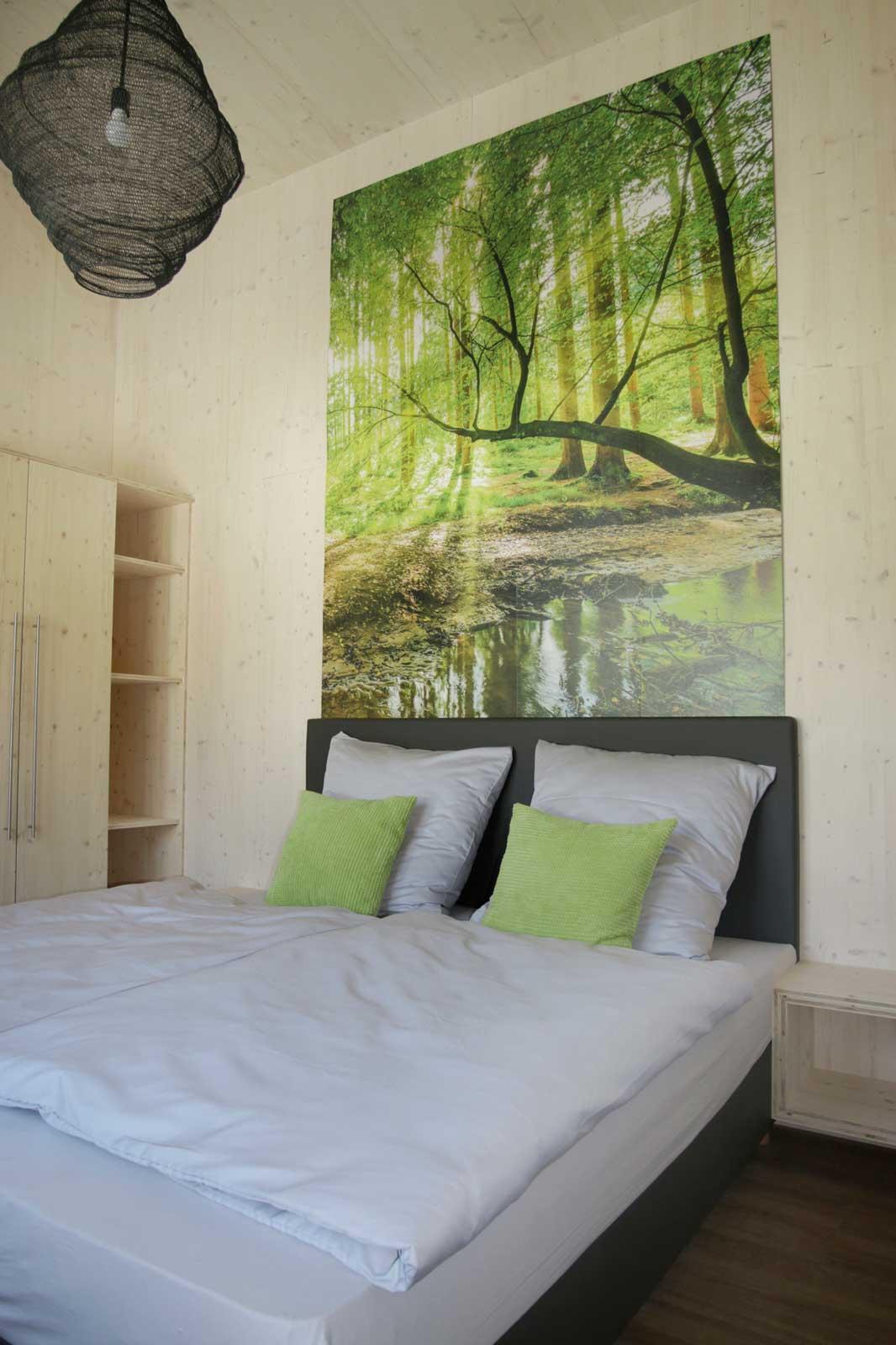 Auch die Schlafzimmer sind naturnah in den Steigerwald Apartmens – Ferienwohnungen im Herzen Frankens.